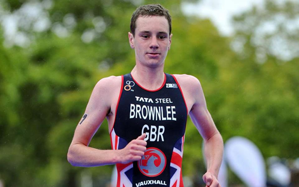 Alistair Brownlee - britský triatlonista při závodě.